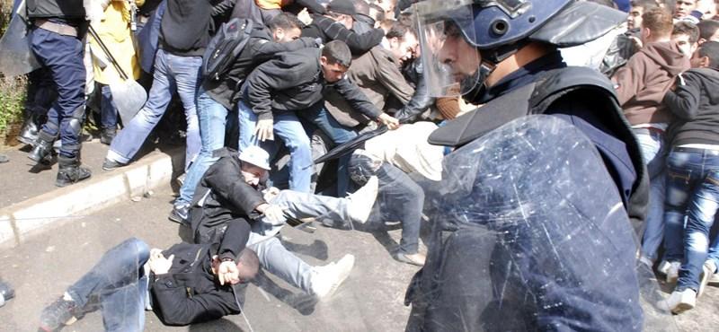 Képek: összecsaptak kormány ellen tüntető diákok a rohamrendőrökkal Algírban