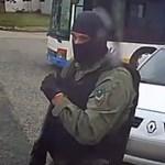 Félmillió forintért keresi a rendőrség a kamu egyenruhában raboló férfiakat