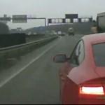Videóra vették az audist, aki az M0-son fékezett be egy autó előtt