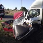 Fotók a reggeli balesetről, tizennyolc méteren tolta a Suzukit a teherautó