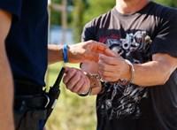 Egy fotel mögött pléddel letakarva próbált elbújni egy körözött férfi a rendőrök elől Ózdon