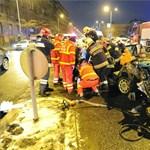 Fotó: Felismerhetetlenre tört egy autó a Nagyvárad téren