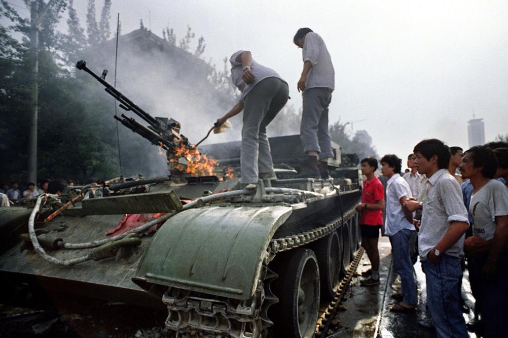 afp Tienanmen tér NAGYÍTÁS Lángoló tank 1989.június 4-én amit előző este gyújtootak fel a tüntetők