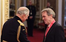 Károly herceg kitüntette Hugh Laurie-t