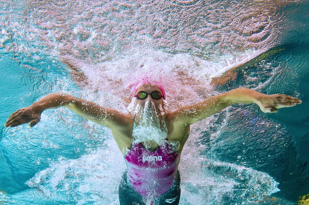 afp. az év sportfotói 2014.Chartres, This picture taken with an underwater camera shows Charlotte Bonnet competing in the 100m breaststroke semi-final on April 9, 2014 during the French swimming championships in Chartres.