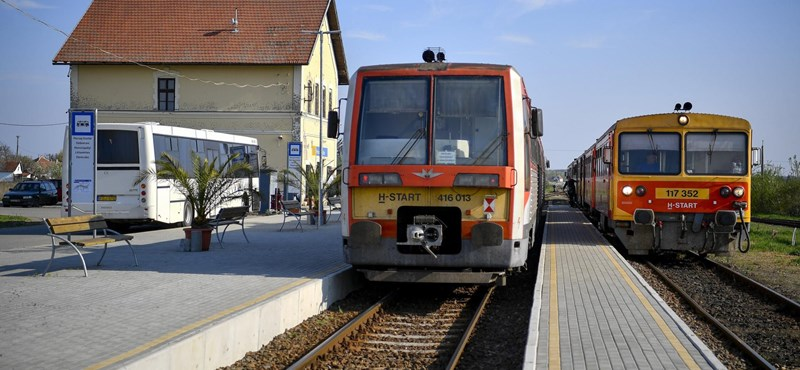 Itthon ez új: egy peronnál áll meg a vonat és a busz – fotók