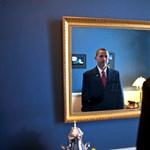 Vajon mit lát Barack Obama, ha a tükörbe néz?