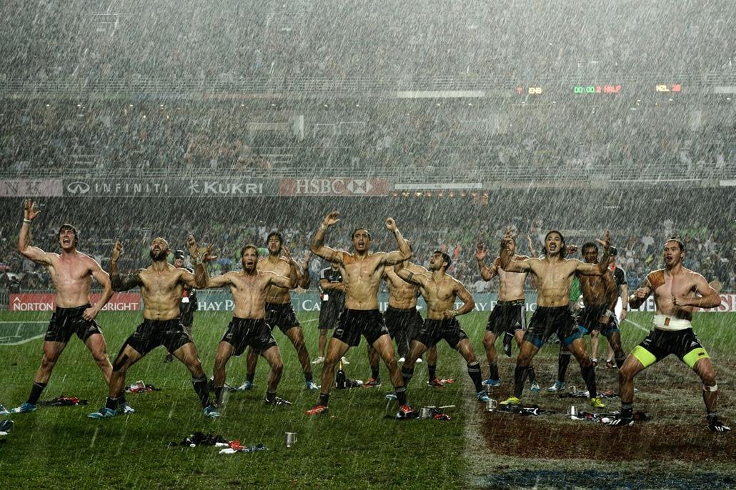 afp.14.03.30. - Hong kong: Új-Zéland a játékosok a ''Haka'' előadása közben az angol csapat fölött aratott győzelmük után. - yyyyy - 7képei