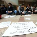 Képek: ülősztrájkot tartanak a szegedi egyetemisták a Csongrád megye kormányhivatalban