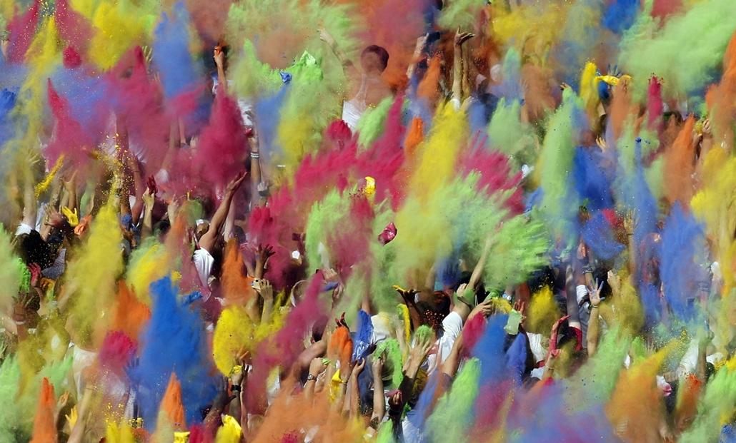 Németország, München - színes porral dobálózó emberek mulatnak az indiai eredetű Holi fesztiválon. A rendezvényen indiai dj-k - Hét képei - nagyítás