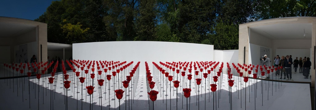 """kka. Nagyítás 58. Velencei Biennálé Renate Bertlmann az osztrák pavilonba fémlándzsákra szúrt üvegvirágok erdejét telepítette, ezzel illusztrálva a művész  """"Amo Ergo Sum"""" (szeretek, tehát vagyok) programját"""