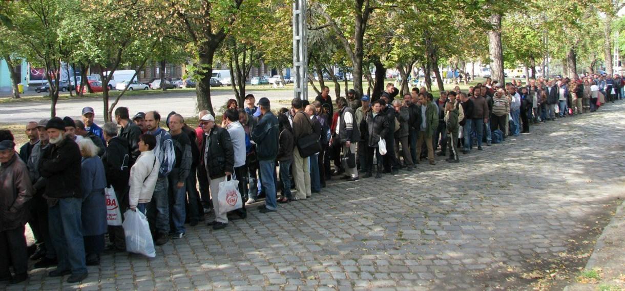 Fotó: végeláthatatlan sor állt ételért Budapesten