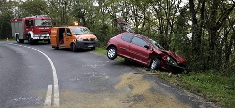Frontálisan ütközött két autó Csobánkánál