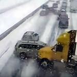Videó: ilyen egy kemény, 100 autós karambol élőben