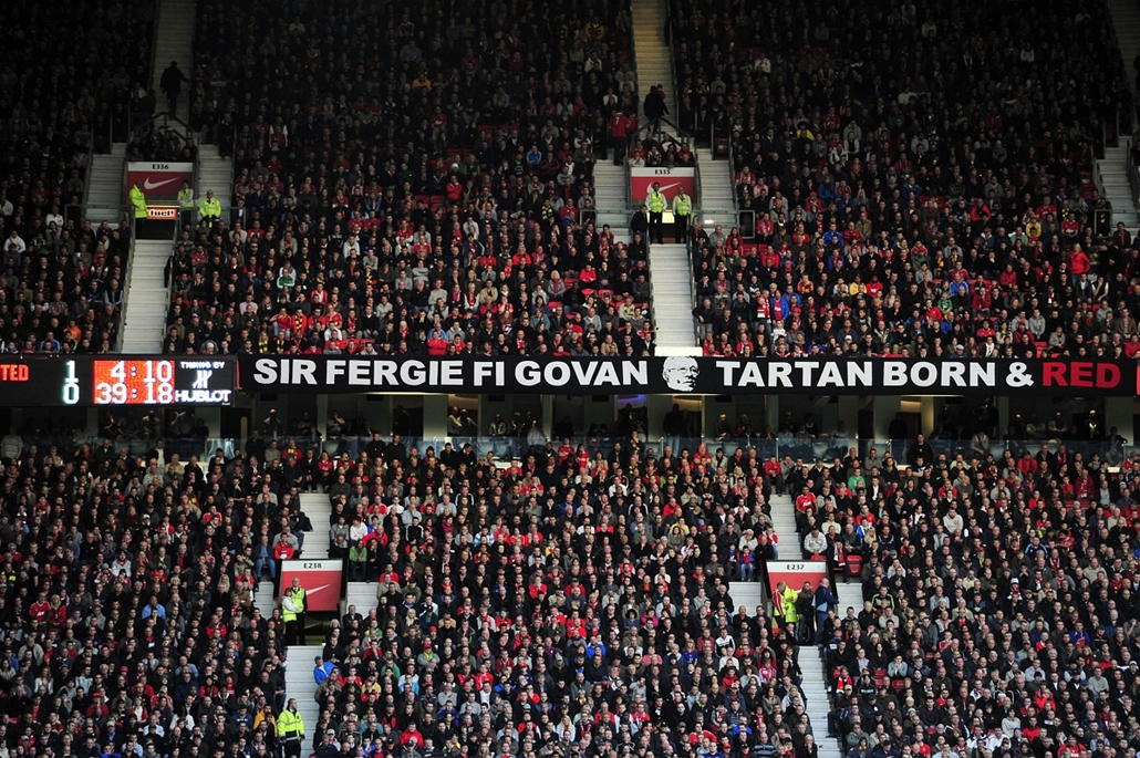 Alex Ferguson nagyításhoz - UNITED KINGDOM, Manchester : Manchester United fans display a banner to celebrate Manchester United's Scottish manager Sir Alex Ferguson's 25 years in charge before their English Premier League football match against Sunderland