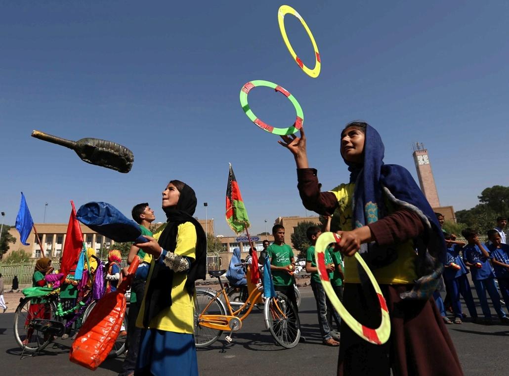 mti.16.09.22. - Afgán lányok zsonglőrködnek a béke világnapja alkalmából a nyugat-afganisztáni Herátban 2016. szeptember 21-én. 1981 óta szeptember harmadik szerdáján ünneplik a béke világnapját.