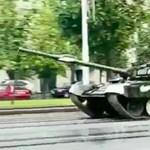 Farolni akart a fehérorosz tankos, erre kidöntött egy lámpaoszlopot – videó