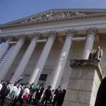 A Nemzeti Múzeum előtt tüntetnek a fegyveres múzeumi őrök