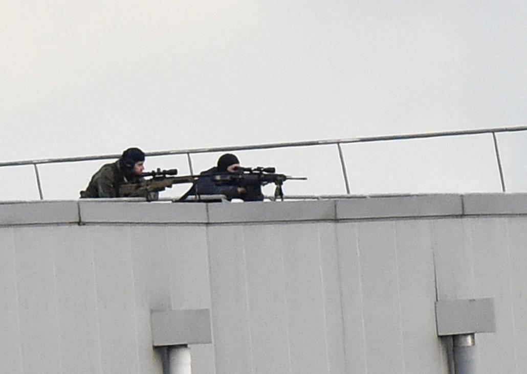 afp.Dammartin-en-Goele,, lövöldözés Párizsban, Párizsi vérengzés, Charlie Hebdo, túszejtés, túszdráma, Dammartin-en-Goele, 2014.01.09.Police marksmen take up a position on a roof in Dammartin-en-Goele, north-east of Paris, where two brothers suspected of