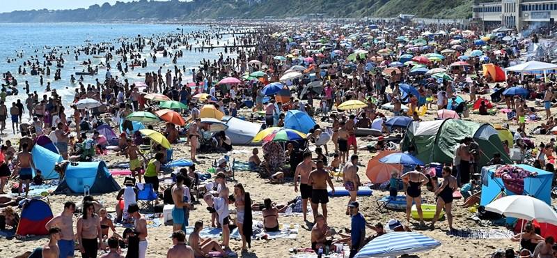 Egy kis világvége a brit strandokon: ezrek szabadultak ki a partokra a karantén után