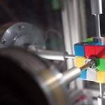 Ejtőernyőzés közben kirakni a Rubik-kockát? Nem lehetetlen – videó