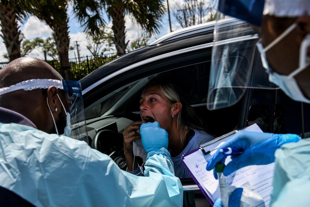 MAGYÍTÁS NE HASZNÁLD Mintát vesznek egy autós koronavírus szűrőállomáson Miamiban 2020. március 16-án