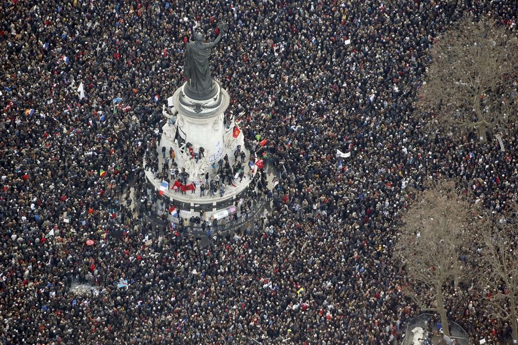 afp. 2015.01.11. Francaiország, Párizs, lövöldözés Párizsban, Charlie Hebdo, tüntetés, terrorizmus elleni menet
