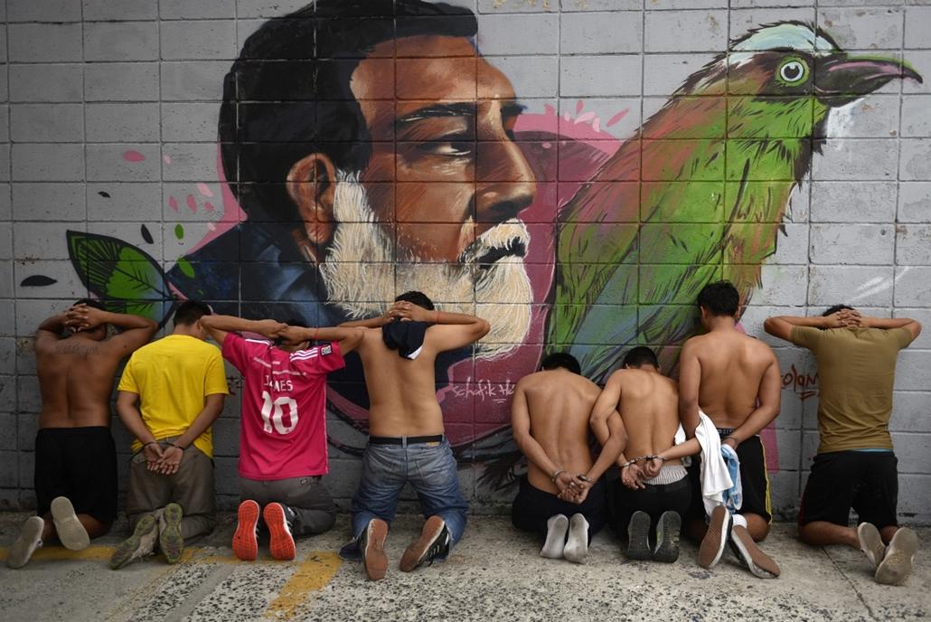afp.15.05.11. - San Salvador, Salvador: a Barrio 18 banda néhány tagjának letartóztatása - 7képei