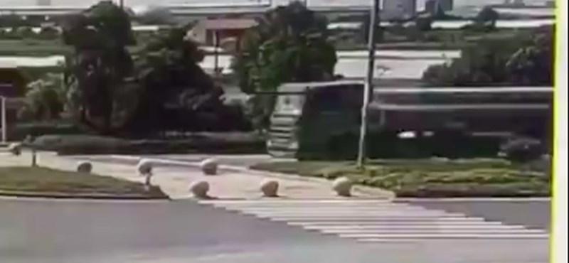 Ezért kell nagyon jól lekötni a kamion rakományát – videó