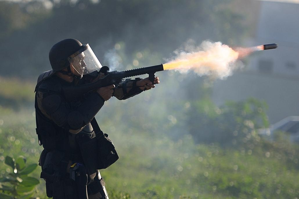 Fortaleza, Brazília: könnygázgránát indul a tüntetők felé. - hét képei