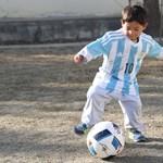 Valódi Messi-mezt kapott a futballsztártól a Messi-nejlonzacskós afgán kissrác