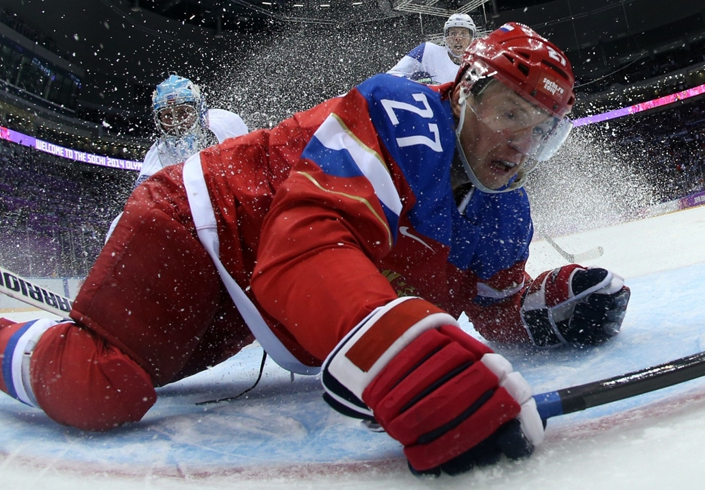 afp. Szocsi 2014 nagyítás - Russia's Alexei Tereshchenko falls during the Men's Ice Hockey Group A match between Russia and Slovenia during the Sochi Winter Olympics on February 13, 2014 at the Bolshoy Ice Dome.