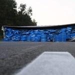 Fotók: Az M5-ösre borította rakományát egy kamion reggel