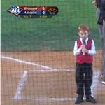 Az új netes sztár a kisfiú, aki végigcsuklotta a himnuszt éneklés közben – videó