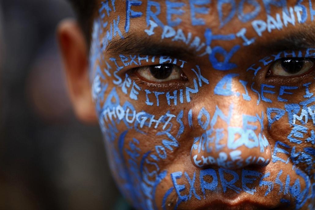 Katmandu - nepáli művész tiltakozó sorai Manish Harijan védelmében, akit a hindu és nyugati művészeti elemek együttes használata  - Hét képei - nagyítás