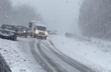 A Bakonyban már szakad a hó, több busz és autó is elakadt