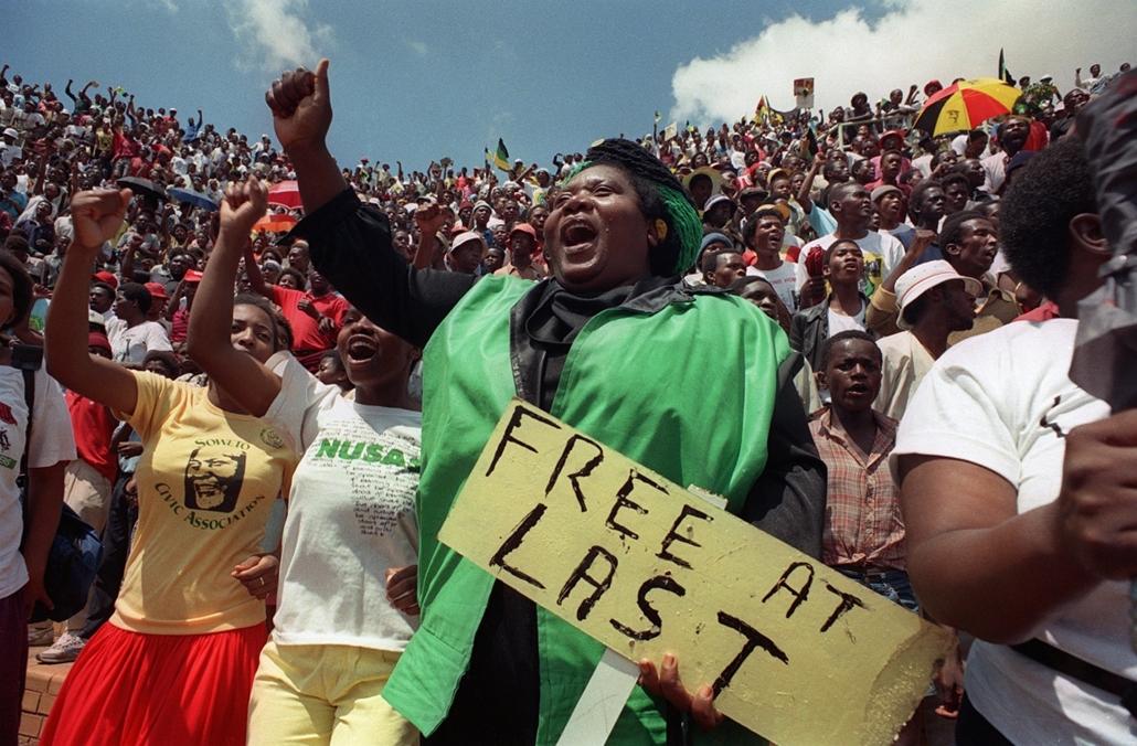afp.90. - Több tízezres ünneplő fogadja egy sowetói stadionban a szabadon bocsátott Nelson Mandelát - Apartheid nagyítás