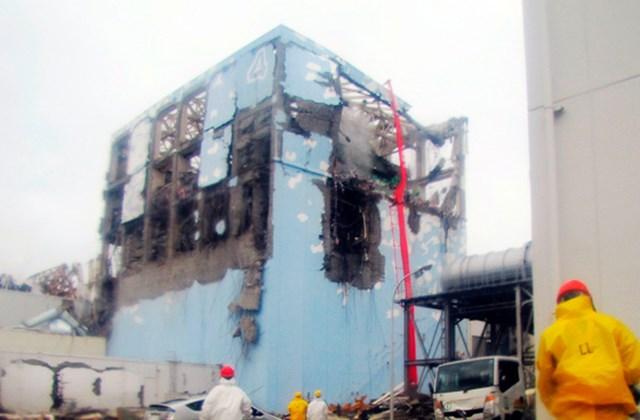 Védőöltözetet viselő dolgozók a fűtőrudak hűtésében vesznek részt a Fukusima-1 atomerőmű  sérült 4-es reaktorblokkjánál Okumában.