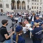 A Momentum nyitott egy teraszt a Parlamentnél, kijöttek a rendőrök