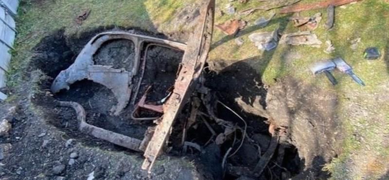 Egy öreg Fordot ásott ki a kertjében egy férfi, aki most otthon van a járvány miatt