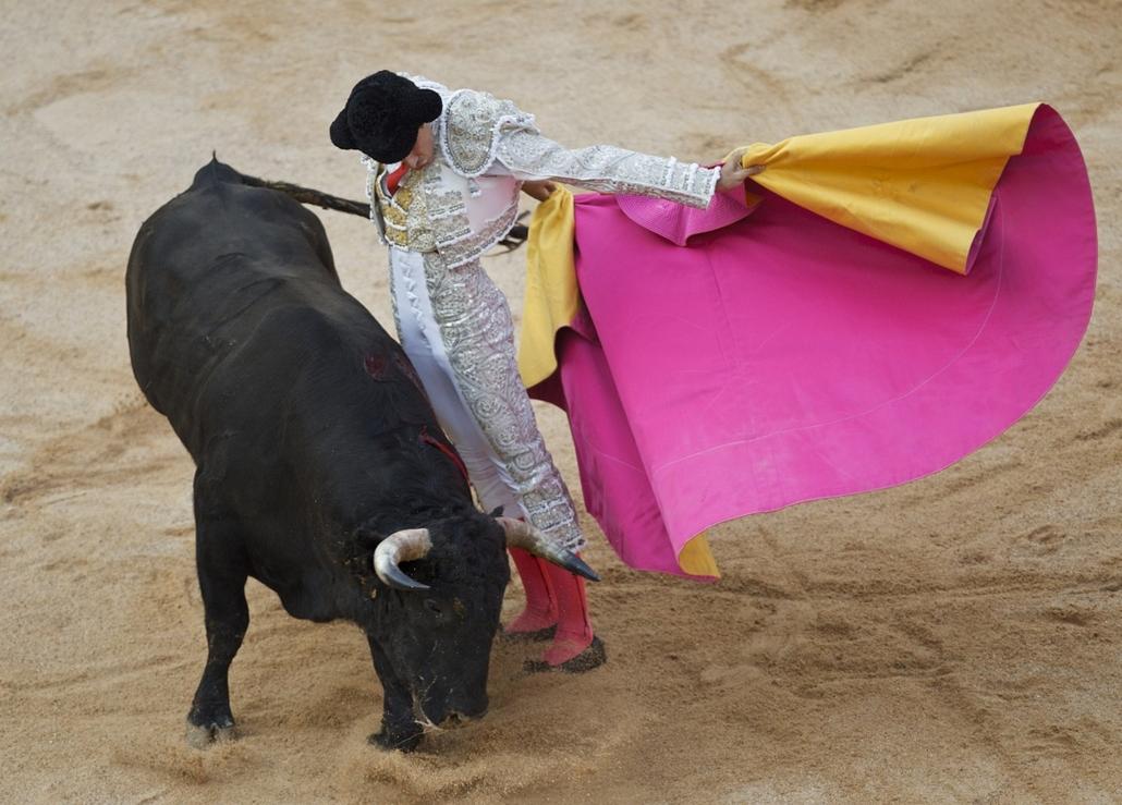 San Fermin Spanyolország bikaviadal bikafuttatás bor ünnep