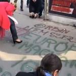 Kivonult az ellenzék a parlamentből, lefestik a kormány plakátjait – videók
