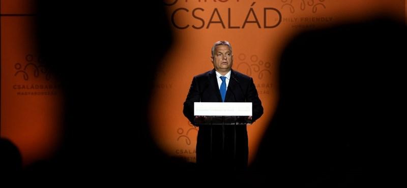 Orbán férfiak gyűrűjében beszélget a demográfiai problémákról