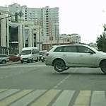 Forgalmas városi kereszteződésben ugratott egy Q7-es Audi – videó