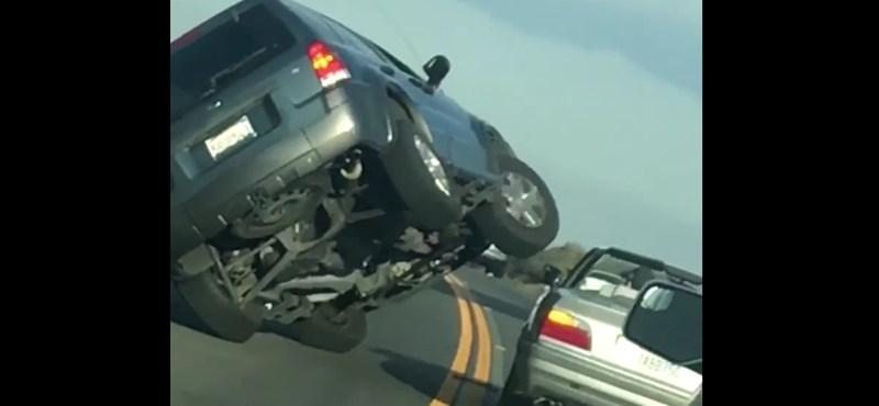 Instant karma: bosszút akart állni a sofőr a BMW-sen, de ő húzta a rövidebbet – videó