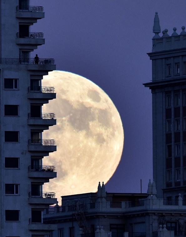 afp.16.11.14. - Madrid, Spanyolország: Férfi egy madridi erkélyen a szuperhold előtt. - szuperhold