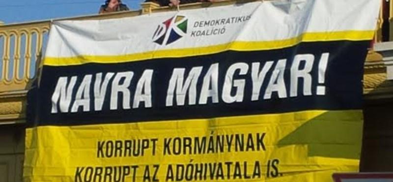 """""""NAV-ra magyar!"""" – kifeszítettek egy molinót a Margit hídra"""