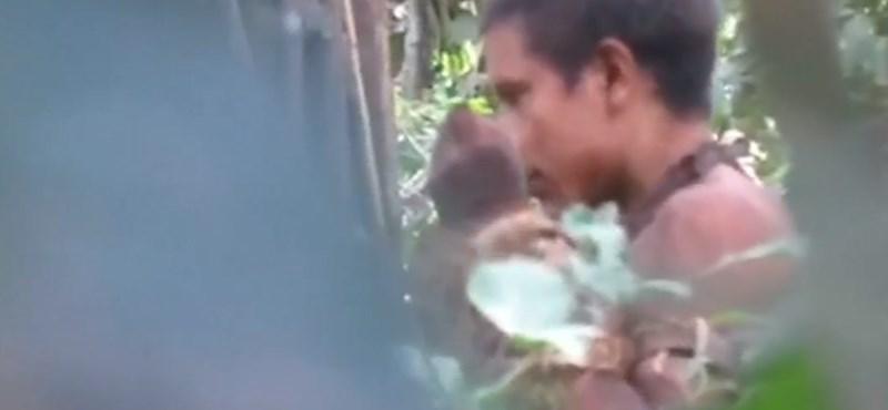 Egy kését szagolgató bennszülöttről készült felvétel hívja fel a figyelmet az esőerdők védelmére