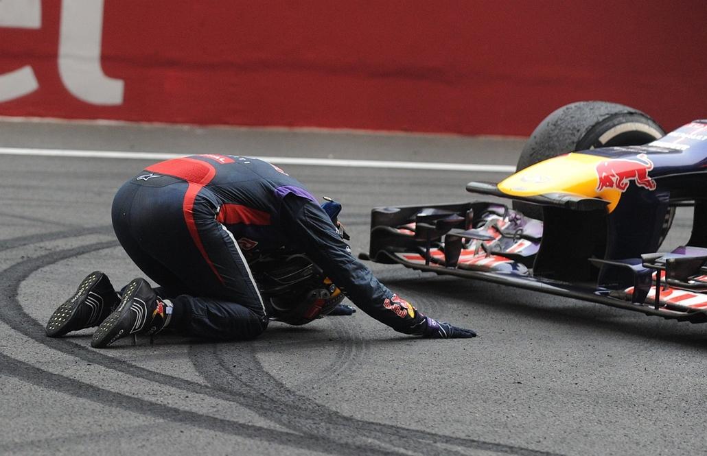 13.10.27. - Újdelhi, India: a német Sebatian Vettel köszönete autójának az Indian Grand Prix-en elért első helyezésért. - évképei, az év sportképei