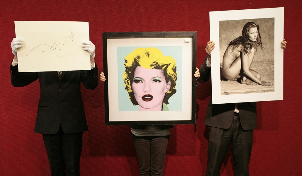 afp. Kate Moss szupermodell 40 éves - nagyítás - London : Bonhams employees hold three artworks depicting British supermodel Kate Moss, a drawing by British artist Tracy Emin (L), a painting by Banksy (C) and a photograph by US photographer Albert Watson